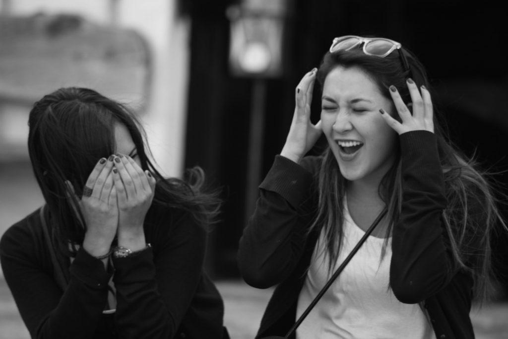 Dos chicas riéndose
