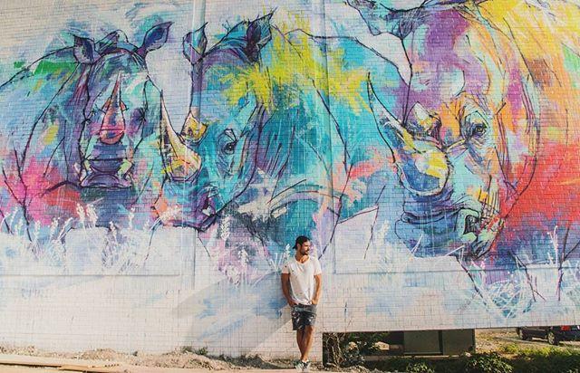 Adrián Torres delante de uno de sus murales