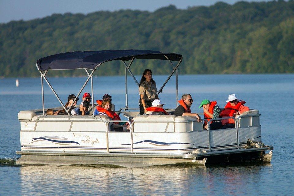 Barco con turistas