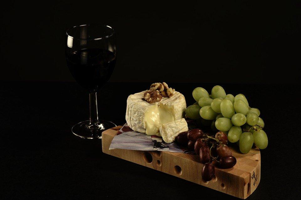 queso, vino y uvas