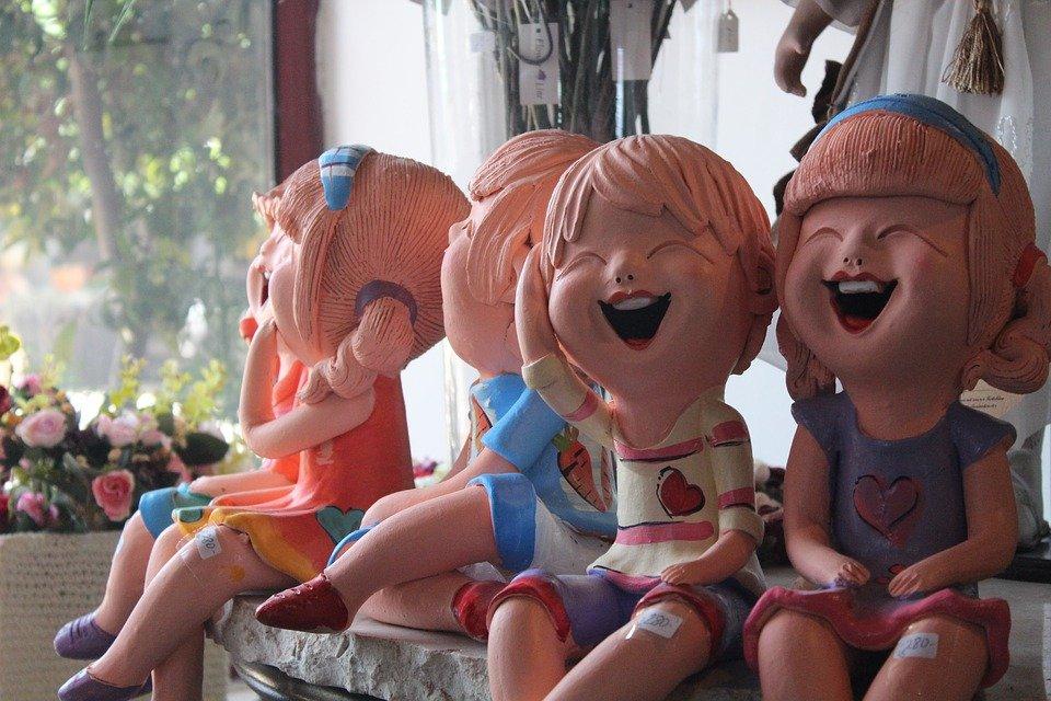 Niños de cerámica riendo