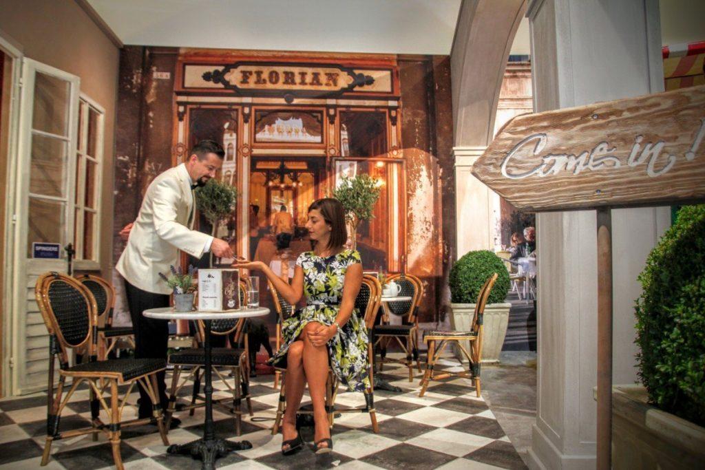 Cliente y camarero en una cafetería
