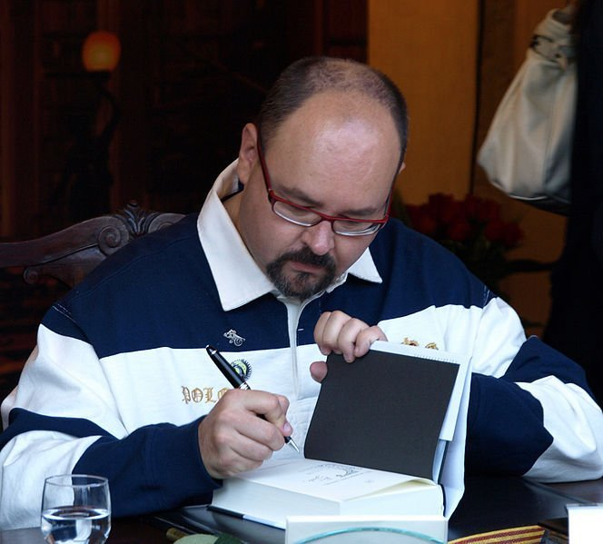 Carlos Ruiz Zafón firmando libros