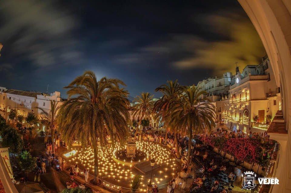 Plaza de España de Vejer iluminada por velas